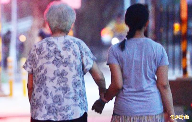 查核網站指出,網傳文章「重磅發現---老年癡呆症是傳染病」標題過於聳動,請民眾留意,別被誤導。(資料照)
