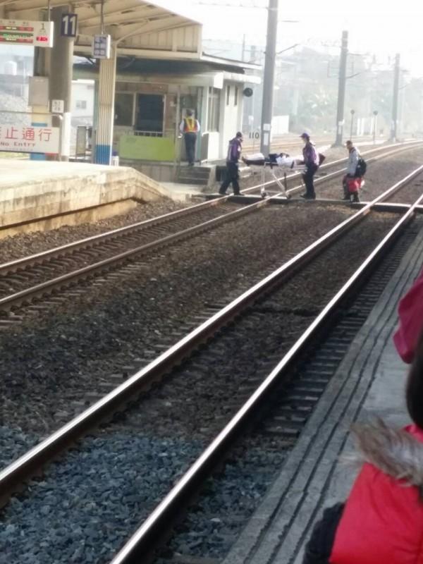 台鐵一名區間車駕駛昨因身體不適,行車到一半緊急在富岡車站停車,並在眾目睽睽下被擔架送醫,過程被網友拍下。(翻攝網路)