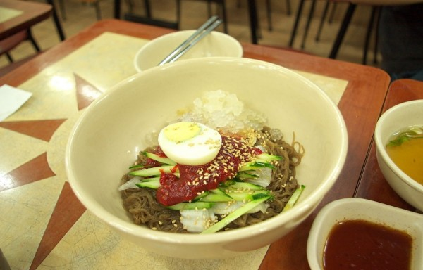 南韓網站評比今年7月與去年7月,該國首都首爾的市民日常8種餐點價格;今(7)日資料顯示,餐點中以冷麵(圖中)上漲最多。(翻攝自維基百科)