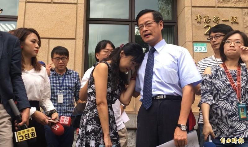 批最高法院分案霸凌,前最高法院法官楊絮雲(左)哭倒在老公懷裡。(記者張文川攝)