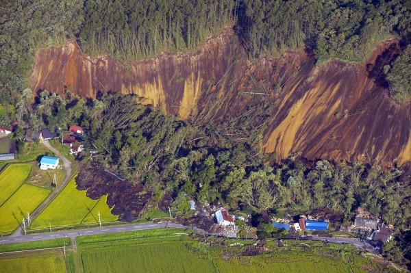 北海道大學教授丸谷知己指出,山區邊坡斜面的脆弱部份被強震影響,山坡斜面土石恐會崩塌造成二次災害。(歐新社)