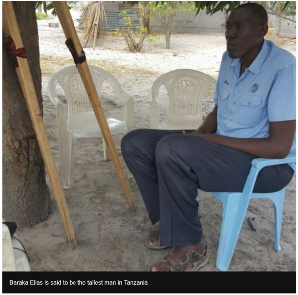 東非坦尚尼亞一名男子,因長太高,病床塞不下,無法在當地接受手術治療。(圖擷取自BBC)
