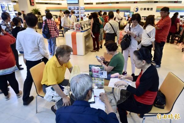 中華電信「499吃到飽之亂」將於15日劃下句點,今日台北南區服務中心仍湧入換約人潮。(記者簡榮豐攝)
