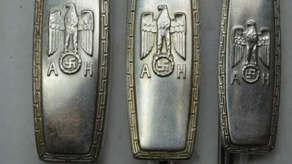 納粹德國領袖希特勒過去為了慶祝50歲生日,特別訂製的銀製餐具將在英國拍賣會上被售出,拍賣行估計這2把餐刀、3支湯匙與3支叉子,賣價上看2300英鎊。(圖翻攝自Charterhouse Auctioneers)