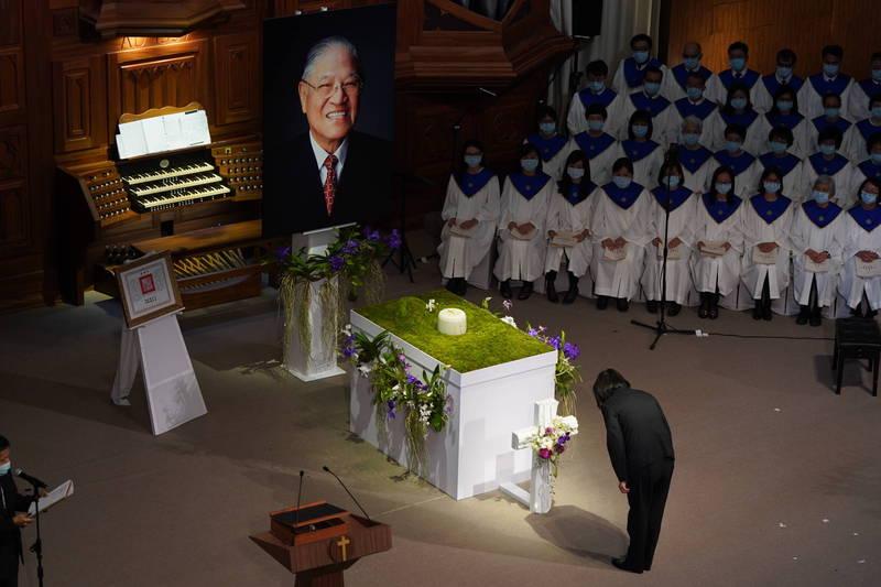 蔡英文總統出席李登輝告別禮拜,於李登輝靈前行三鞠躬禮。(台北市攝影記者聯誼會提供)