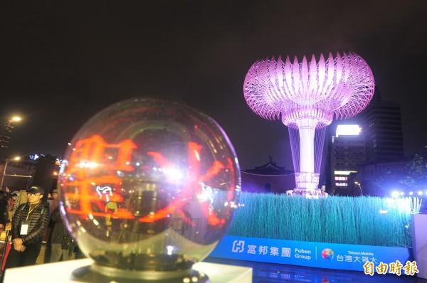 2018台北燈節「聖火台 光榮再現」重現世大運榮光,台北市長柯文哲帶領世大運選手們和來賓一同在北門的聖火台進行啟動儀式。(記者王藝菘攝)