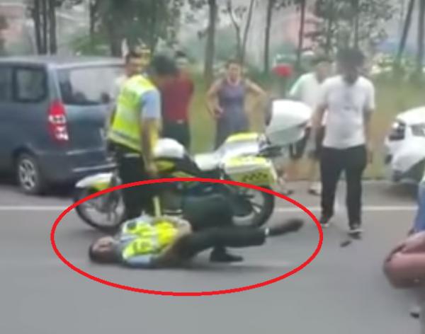 警察摸著下體倒地不起。(圖擷自YouTube)