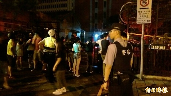 警察來到現場詢問,現場民眾聲稱自己是「路過」。(記者蔡穎攝)