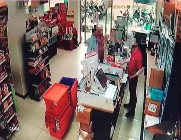 超商 無法 代收 逾期 單單, 然而 婦人 堅持 付款, 認為 是 女 店員 服務 不周, 因此 舒 叫 丈夫 前來 助陣. (圖 擷取 自 YouTube)