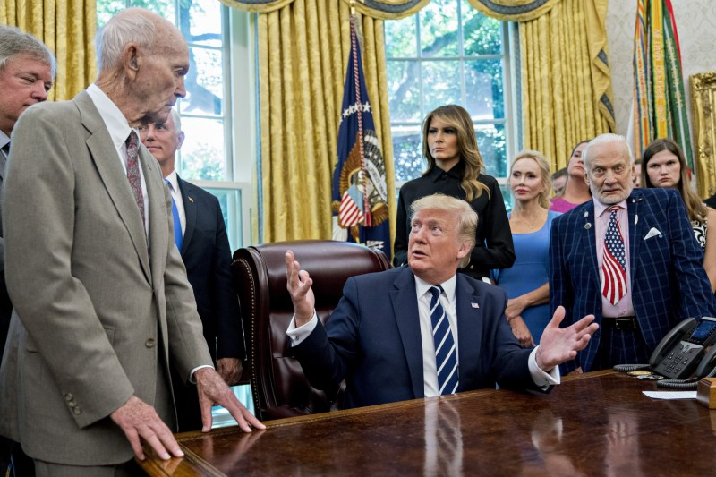 美國總統川普面見當時執行登月任務的太空人及其家屬。(彭博社)