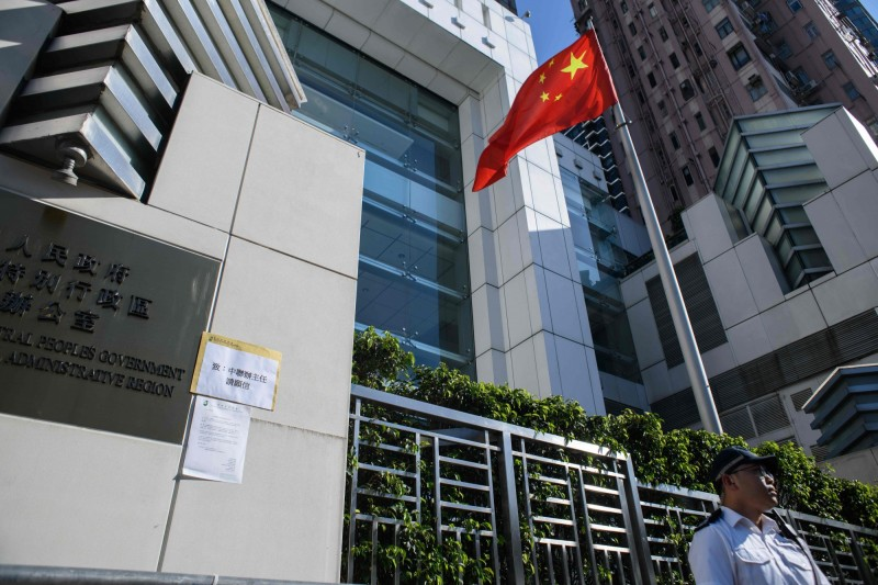 香港政府過去為了打房,從2016年開始加重印花稅,但中聯辦與其相關置產公司卻以購置員工宿舍為由,大肆收購房產卻豁免開徵高額的印花稅;不過有媒體發現中聯辦根本將這些「員工宿舍」出租牟利。(法新社)