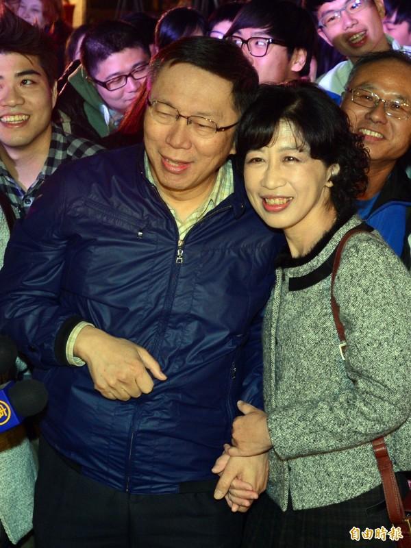 柯文哲日前與夫人陳佩琪「臉貼臉」、曬恩愛。(資料照,記者王藝菘攝)