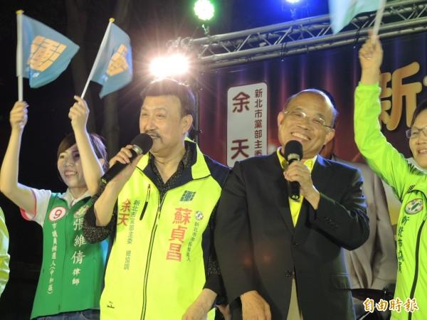 民進黨新北市主委余天(左)16日晚間到淡水捷運站替新北市長候選人蘇貞昌站台。(資料照)