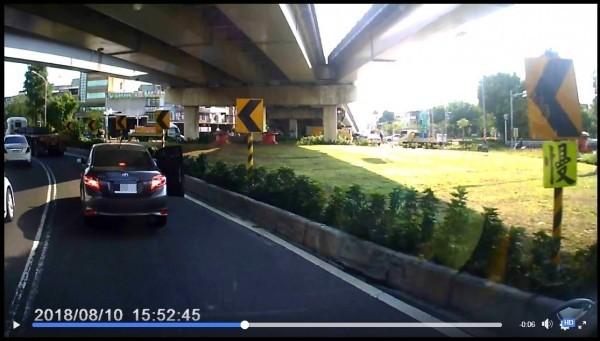 一輛轎車在車道行車時,右側副駕駛座的車門突然打開。(圖擷取自爆廢公社)