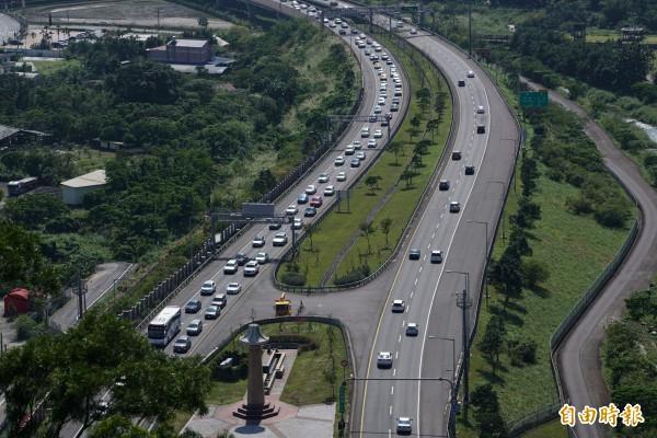 端午連假7短程壅塞路段,高公局建議行駛省、縣道。圖為國道5號從雪隧北上入口回堵狀況。(記者張議晨攝)