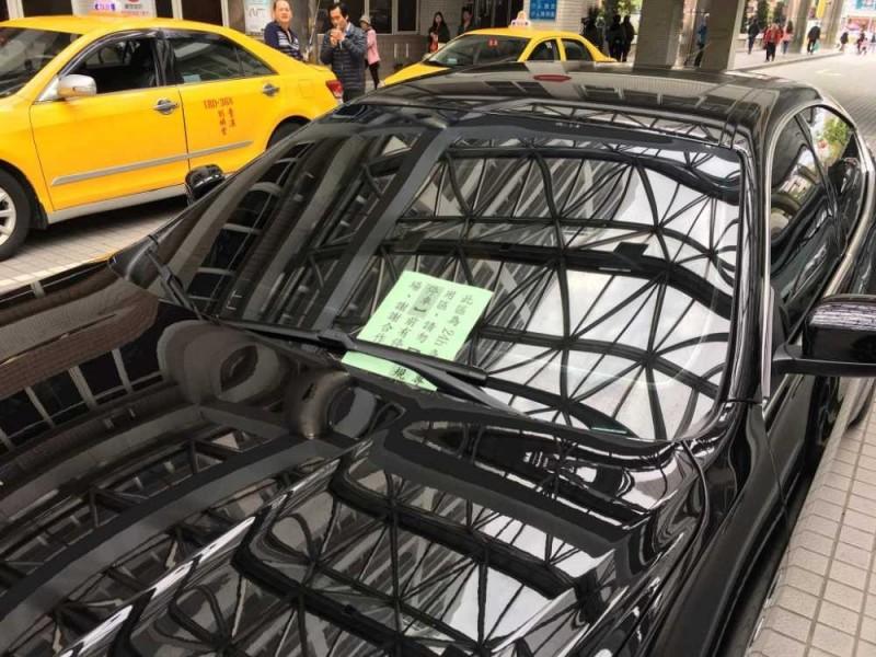 警衛發現後在違規的瑪莎拉蒂上貼單子告示車主。(圖擷取自臉書社團「爆料公社」)