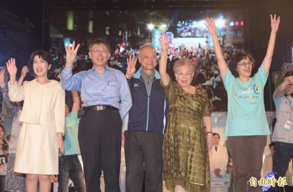 台北市長柯文哲18日在北門廣場舉行行動競選總部光榮城市園遊會。(記者黃耀徵攝)