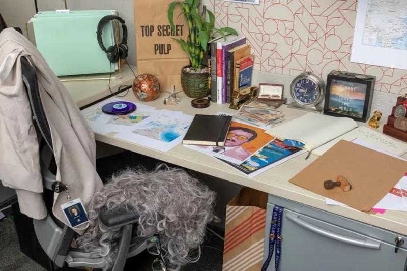 CIA的IG首PO照片是一張辦公桌,看似平凡無奇的桌子暗藏多處玄機。(圖擷自Instagram)