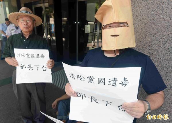 教育轉型正義聯盟成員到教育部課審會大會場外抗議,要求錯誤宣布文言文比例的教育部長潘文忠下台負責。(記者廖振輝攝)