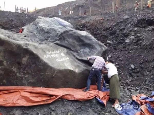 據報導這塊原石體積龐大。(翻攝自緬甸中文網)