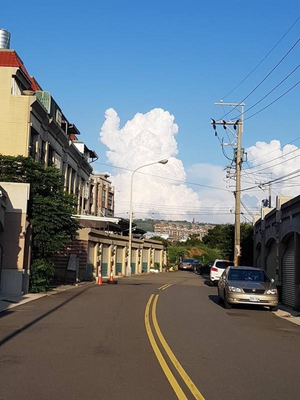 網友拍下天空中的雲朵,像極了卡通人物「小飛象」。(圖擷取自爆廢公社)