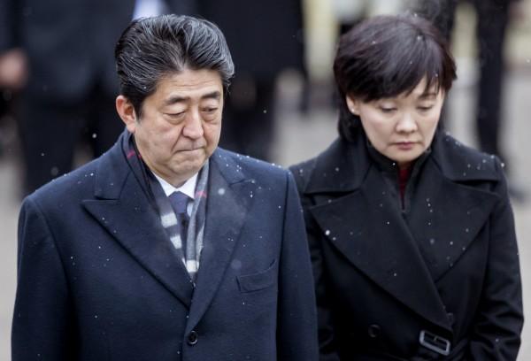 據日本《週刊現代》報導,日本首相安倍晉三(圖左)的妻子安倍昭惠(圖右)在森友學園醜聞爆發後,隨即被軟禁在霞關附近的一間飯店內。(資料照,美聯社)