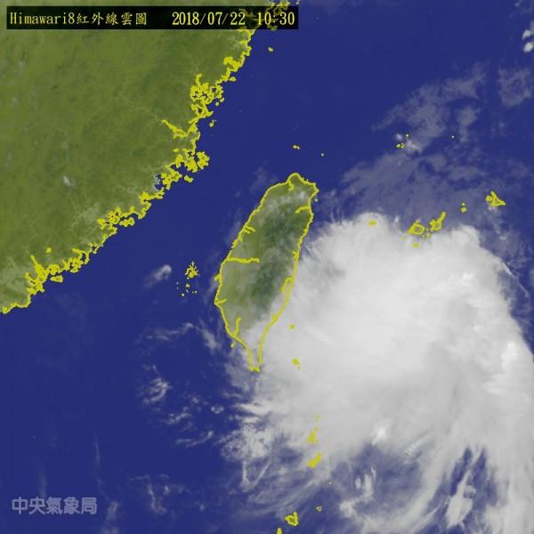 熱帶性低氣壓就在台灣旁邊,若成颱恐直接發布海警。(中央氣象局)
