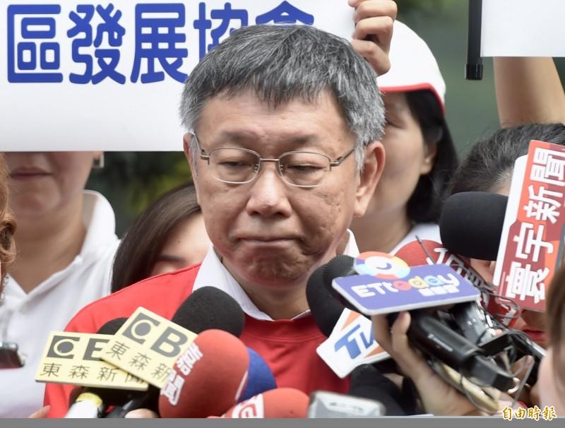 台北市長柯文哲最近接受媒體專訪砲火全開,不但批評總統蔡英文,也怒嗆高雄市長韓國瑜,外界推測柯開始為2020總統大選鋪路。(記者簡榮豐攝)