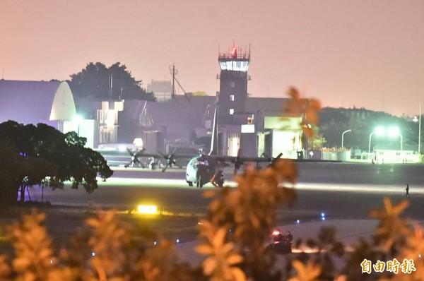 美軍C-130運輸機滑行至停機坪。(記者張忠義攝)