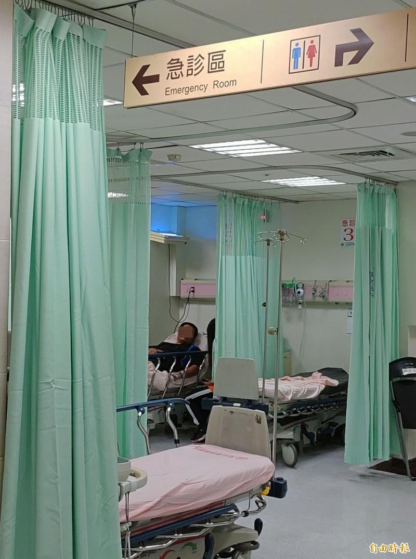 宜蘭縣有區域醫院醫師po文抱怨,竟有學生只是被蚊子叮咬,竟由家長陪同掛急診,痛心浪費醫療資源。圖為醫院急診室示意圖,非當事人醫院。(資料照,記者陳冠備攝)