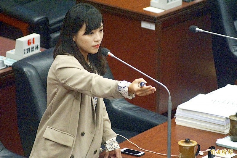New Power Party Kaohsiung City Councilor Huang Jie poses questions to city government officials in the council chamber yesterday. Photo: Huang Chia-lin, Taipei Times