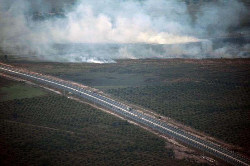 印尼總統佐科威(Joko Widodo)今(6)日警告印尼軍方與警方,若無法撲滅森林大火,他威脅要將他們開除。圖為印尼南蘇門答臘省野火蔓延。(路透)