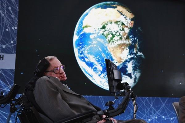 英國物理學家霍金提出警告,若讓外星人造訪地球,地球人下場會和美洲原住民一樣。(路透)