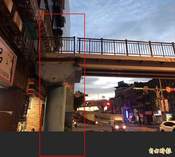 今日下午近5時,一名15歲高一女學生不明原因,從消防局永吉分隊前方、約2層樓高的天橋墜落馬路。(記者姚岳宏攝)
