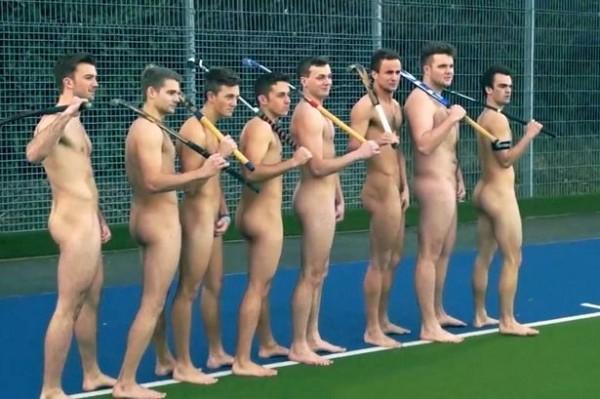英國大學男子曲棍球隊為支持同性戀平權,以全裸的方式拍攝照片成功製造話題。(圖取自英國鏡報)