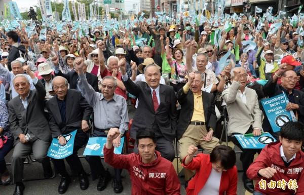 前總統府資政彭明敏今天出席喜樂島聯盟舉辦的「全民公投反併吞」活動,表示絕對反對中國併吞台灣的野心。(記者林正堃攝)