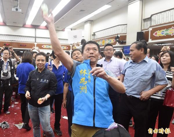 國民黨立委向主席台潑水,丟水球,並造成朝野立委肢體衝突。(資料照,記者廖振輝攝)