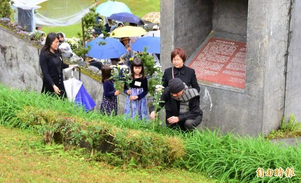 民進黨前主席林義雄,上月與家人赴北宜公路旁的林家墓園獻花追思家人。(資料照)