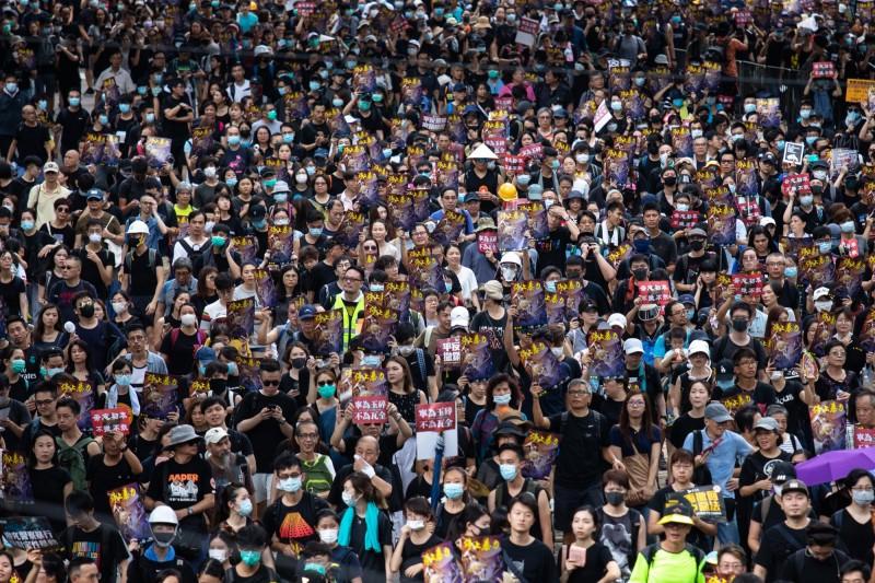 香港公務員在8月2日中環遮打花園舉辦反送中集會,工會聯合會總幹事梁籌庭強調,公務員有表達的自由,參與集會並無違規。(彭博)