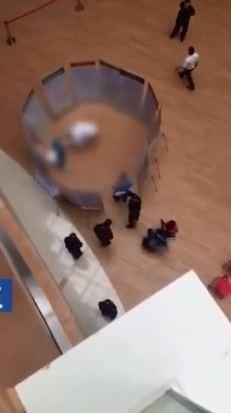 僅4個月大的嬰兒從3樓墜下,經醫生搶救仍不幸身亡。(圖擷取自微博)