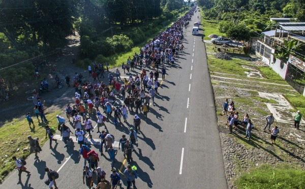 中美洲許多國家由於國內民不聊生,許多民眾選擇逃去美國,對此美國總統川普今日在推特表示,難民湧入美國是「國家級警戒」。(法新社)