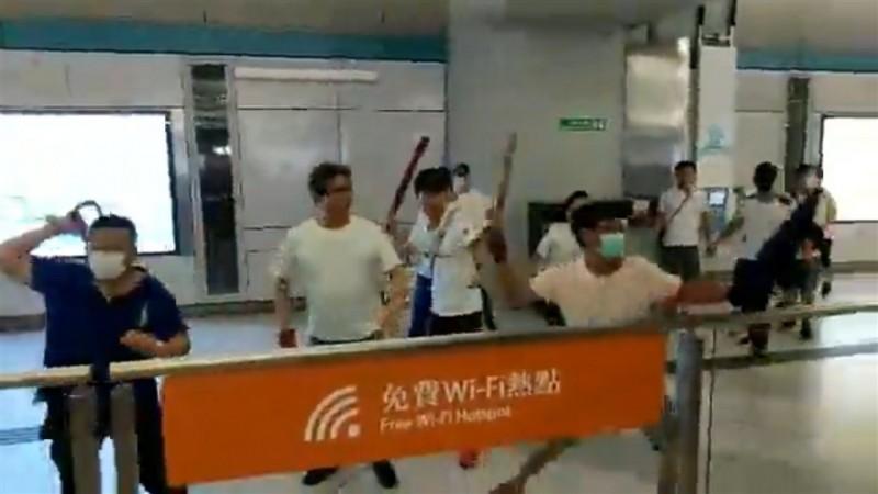 香港新界西鐵元朗站21日一批穿著白衣的人圍攻「反送中」示威者,立法會議員22日抗議警方在事件中執法不力。(圖擷取自facebook.com/standnewshk)