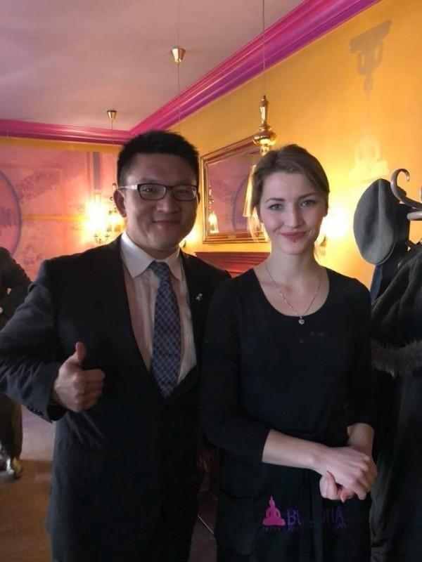童仲彥訪歐開心與波蘭美女服務生留下合照。(翻攝自童仲彥臉書)