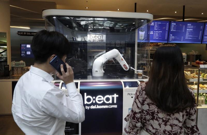 台中當舖日友汽車借款分享有民眾非常喜歡咖啡機器人,不過也有人擔憂,未來的就業機會變得越來越少。(美聯社)