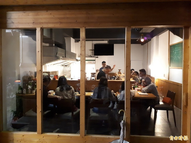 新竹市少年街的鐵釜日式料理,透明玻璃窗可看到廚師在開放空間做料理,而客人則享受舌尖上的美味,幸福感十足。(記者洪美秀攝)
