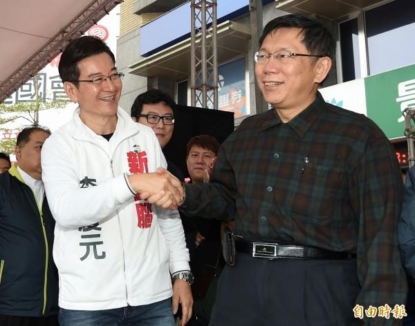 台北市長柯文哲(右)12日出席無黨籍立委候選人李慶元(左)競選總部成立大會,兩人互動熱絡。(記者廖振輝攝)