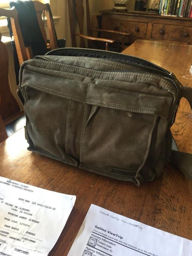 台灣網友到英國拜訪朋友,意外看到朋友找到一個包包,裡頭證件顯示遺失包包的女孩也是名台灣人。(圖擷自臉書)