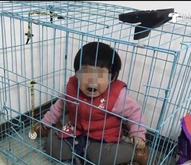 可以看出小許待在狹小的狗籠內放聲大哭。(圖擷自觸電新聞)