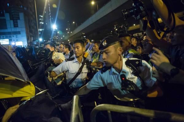 抗議民眾用雨傘和警方對抗。(法新社)