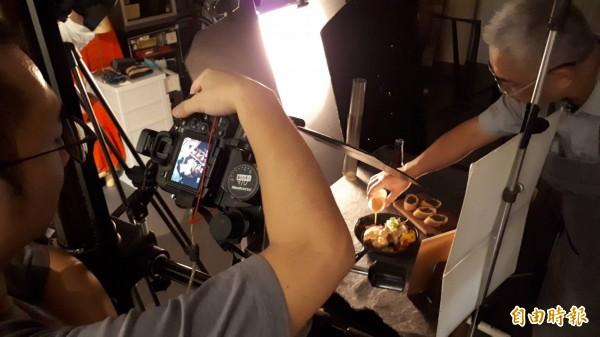 拍攝過程,食物造型師與攝影師長時間默契搭配,隨時待命調整造型,耗時耗精神也耗體力。(記者蕭皓文攝)